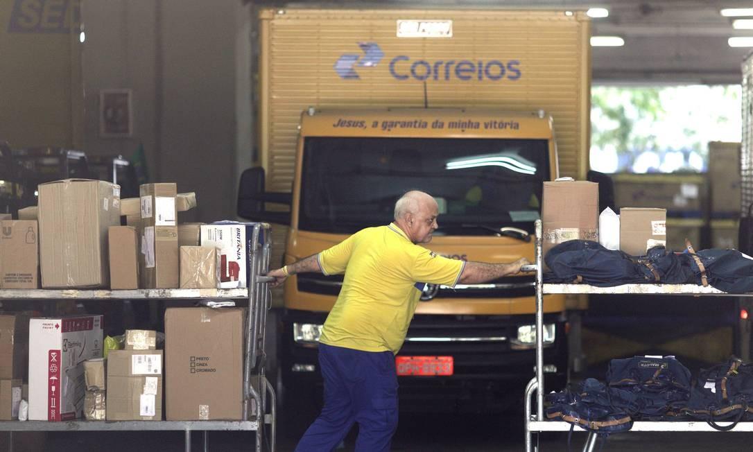 Funcionário dos Correios na sede da companhia, no Rio Foto: Ricardo Moraes / Reuters