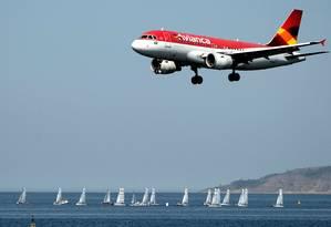 Aeronave da Avianca se prepara para aterrissar no aeroporto Santos Dumont, o Rio Foto: AFP