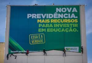 Painéis sobre a reforma da Previdência estão sendo instalados nas fachadas dos prédios dos ministérios, em Brasília Foto: Daniel Marenco / Agência O Globo