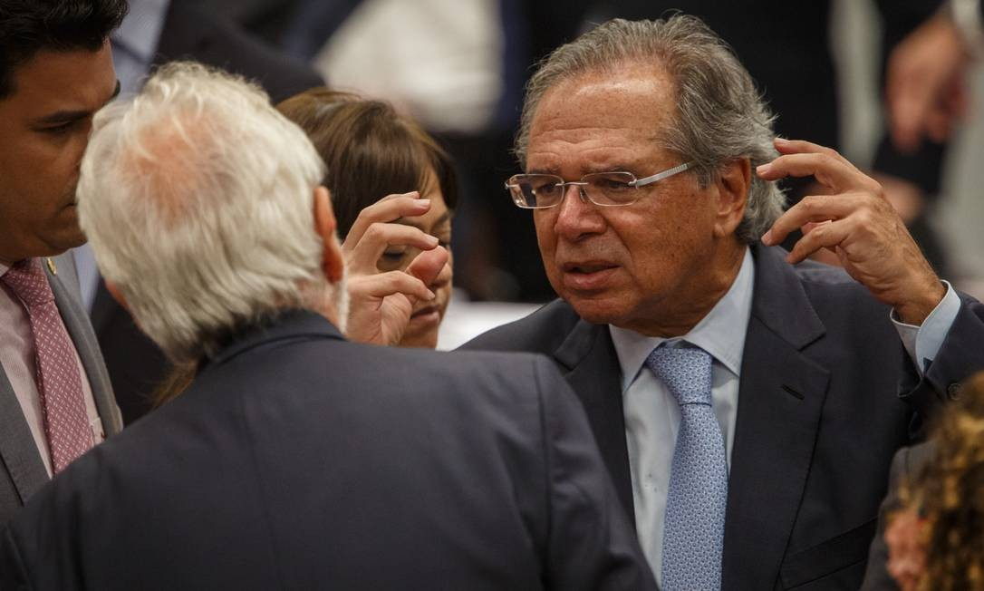 O ministro da Economia, Paulo Guedes, em intervalo da audiência na comissão especial Foto: Daniel Marenco / Agência O Globo