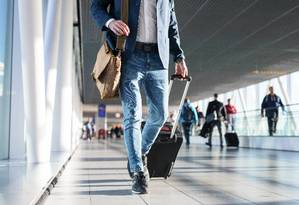 Passageiro carrega mala em saguão de aeroporto Foto: Kaspars Grinvalds / Kaspars Grinvalds