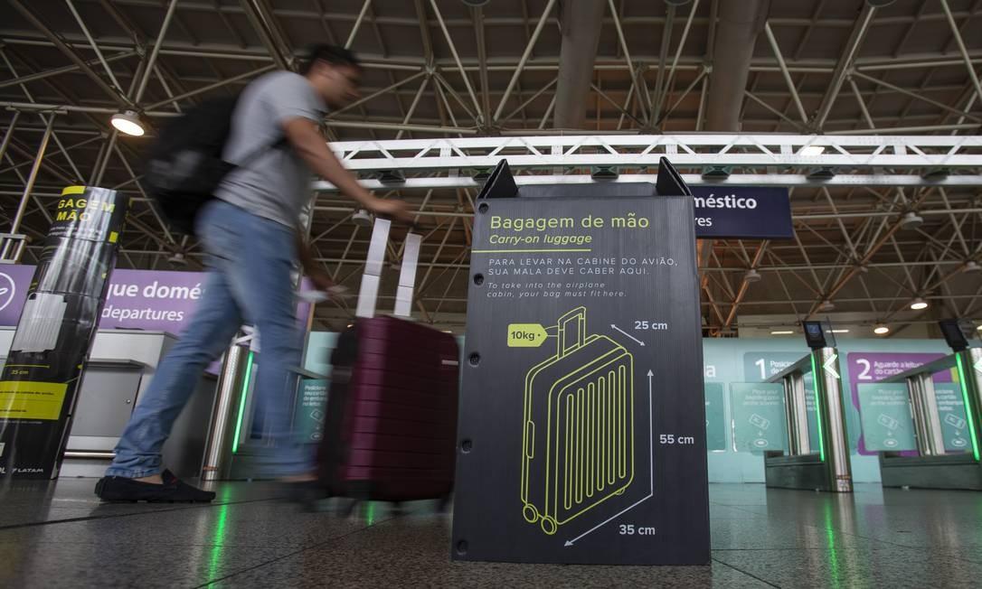Primeiro dia de fiscalização e cobrança de bagagens de mão que não estejam dentro dos padrões de tamanho e peso noGaleão Foto: Alexandre Cassiano / Agência O Globo