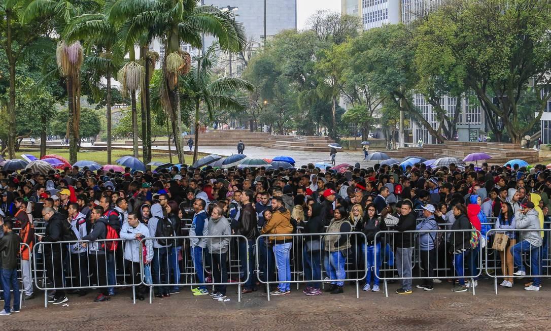 Fila para conseguir um emprego reúne milhares de pessoas em São Paulo Foto: Edilson Dantas / Agência O Globo