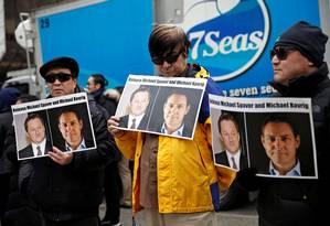 Pessoas seguram cartazes pedindo à China para libertar os canadenses Michael Spavor e Michael Kovrig do lado de fora de uma audiência na Suprema Corte em Vancouver, Canadá Foto: Lindsey Wasson / REUTERS