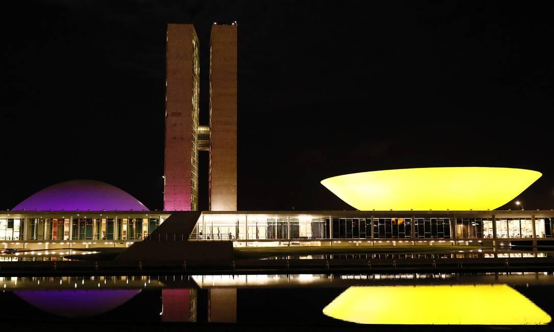 Congresso Nacional recebe iluminação especial pela campanha Maio Amarelo Foto: Terceiro / Agência O Globo