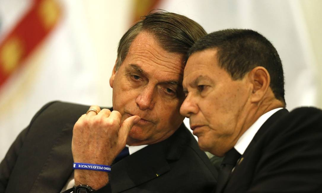 Preisdente Jair Bolsonaro conversa com o vice Hamilton Mourão Foto: Jorge William / Agência O Globo