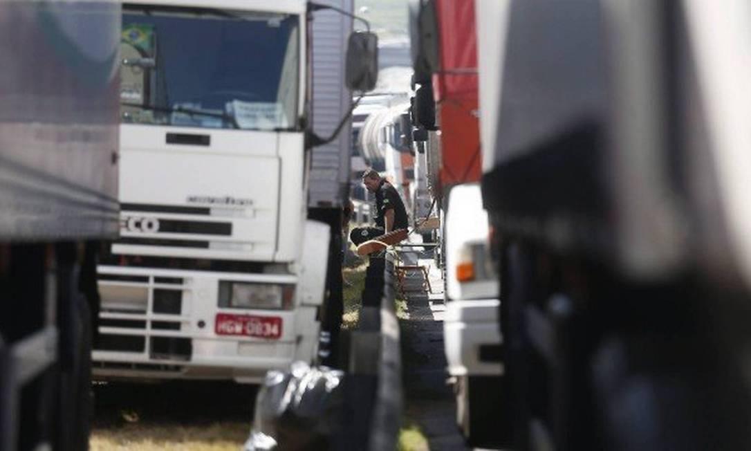 Caminhoneiros parados na estrada durante greve Foto: Marcos Alves / Agência O Globo