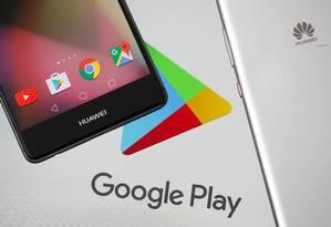 Smartphones da Huawei com o ícone do Google play Foto: Reuters