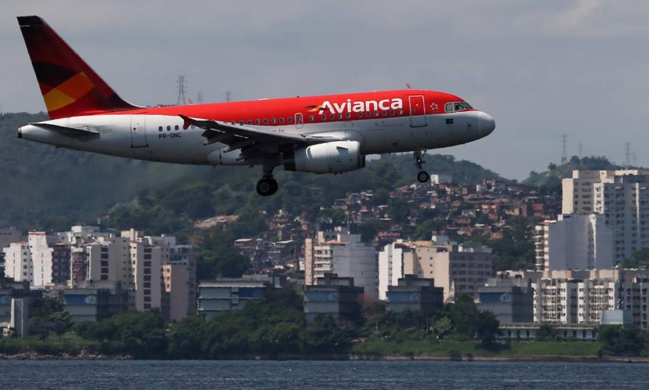 A Avianca Brasil, em recuperação judicial, saiu de cena da ponte aérea. As demais companhias nacionais aguardam a divisão dos 'slots' da companhia nos aeroportos Santos Dumont e Congonhas Foto: Sergio Moraes / Reuters