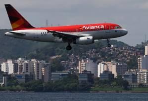 Avião da Avianca sobrevoa a Baía de Guanabara Foto: Sergio Moraes / Reuters
