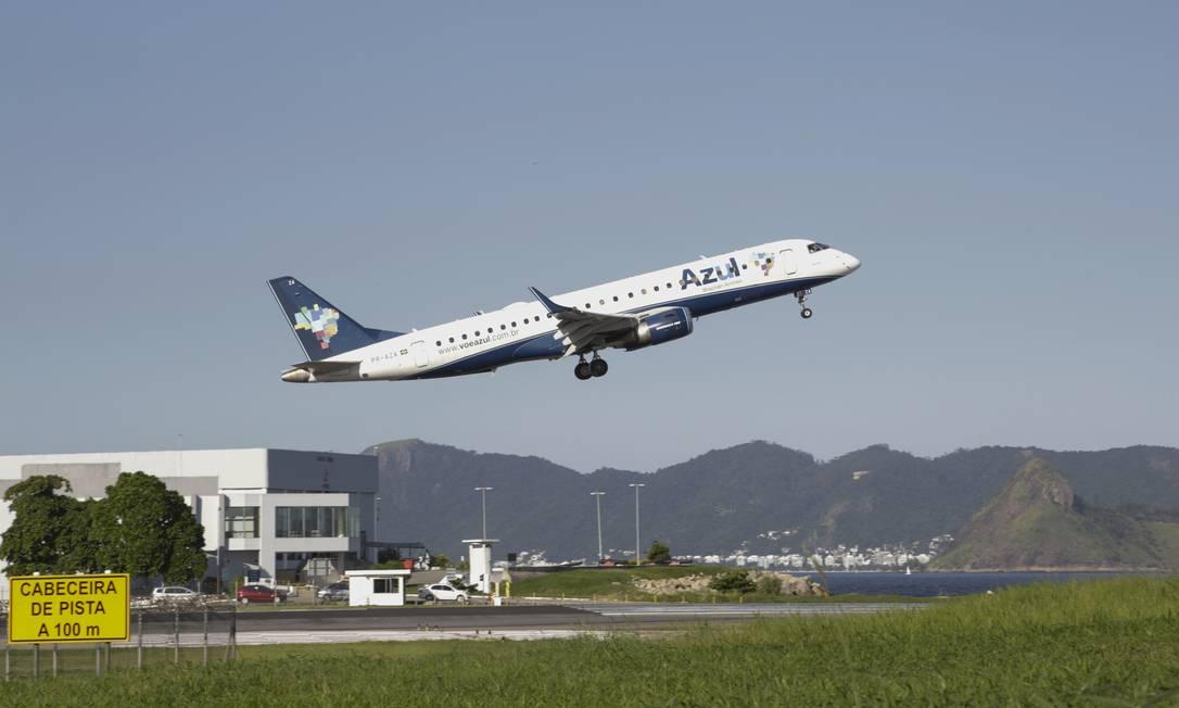 Avião da Azul decola do Aeroporto Santos Dumont, no Rio Foto: Marcos Ramos / Agência O Globo