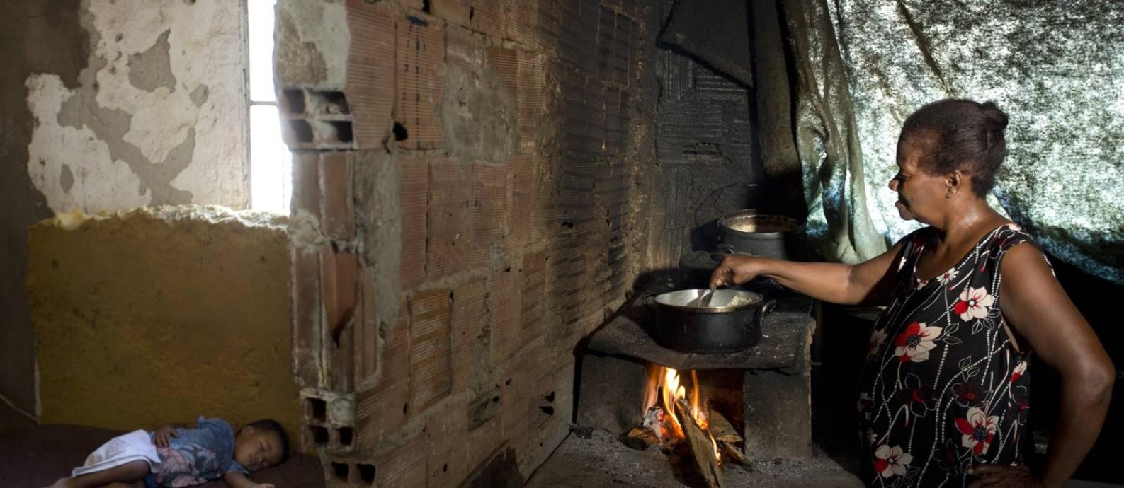 Juranir Nobre Mange, onde mora, na comunidade Vale dos Eucaliptos Foto: Márcia Foletto / Agência O Globo