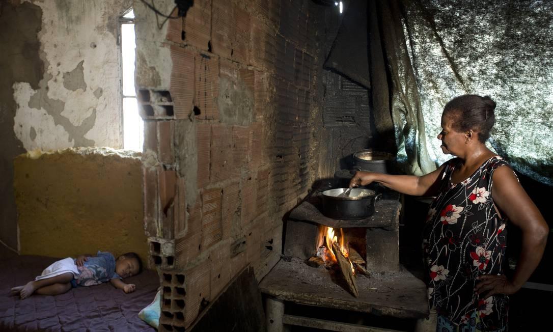 Números do Pnad mostram que aumentou o número de famílias que usam carvão e lenha para cozinhar Foto: Márcia Foletto / Agência O Globo