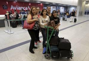 Família aguarda no Santos Dumont por um voo para São Paulo Foto: Marcelo Theobald / Agência O Globo