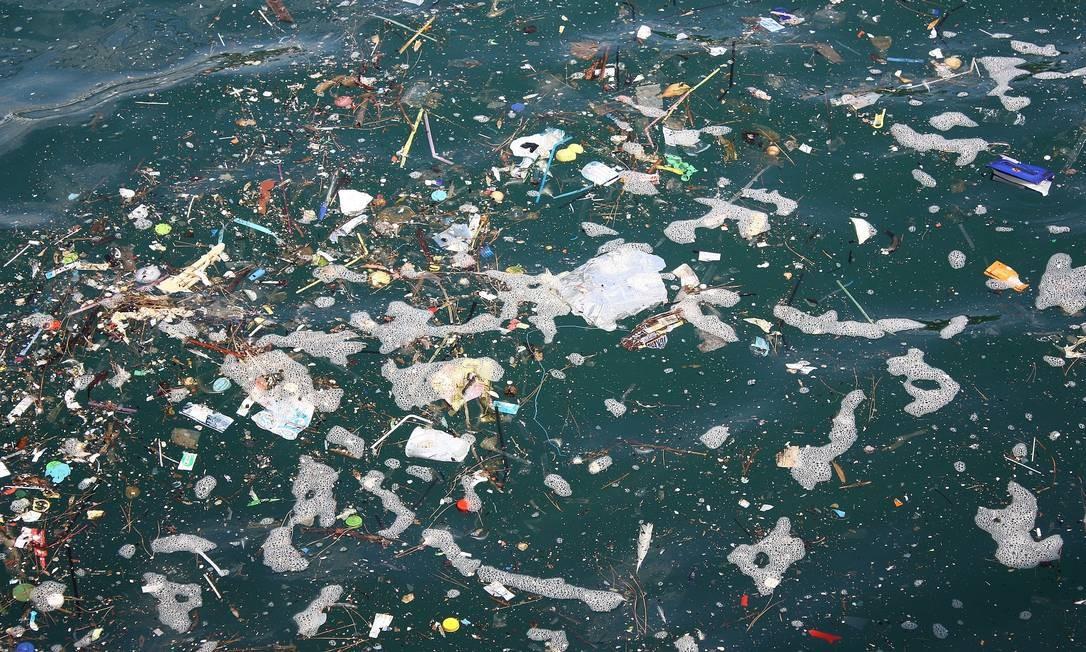 O plástico representa quase 70% de todo o lixo marinho, colocando em risco inúmeras espécies aquáticas; pesquisadores de cinco países se uniram para desenvolver micróbios que comem plástico Foto: Pizabay