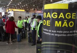 Fiscalização e cobrança da bagagem de mão que não estiver dentro do tamanho e peso Foto: Alexandre Cassiano / Agência O Globo