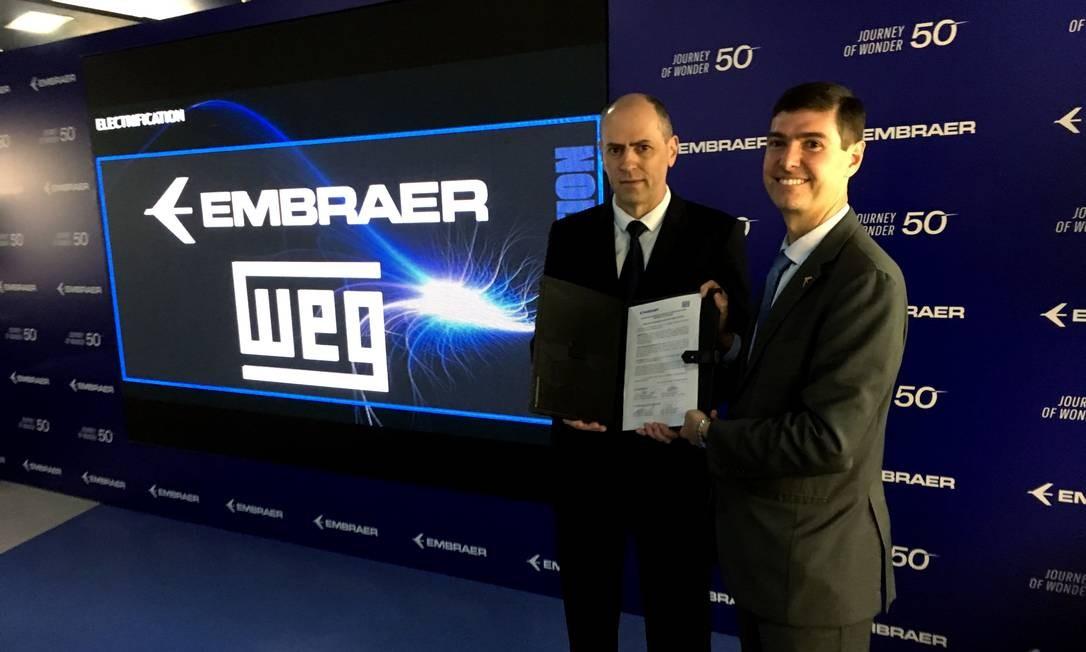Manfred Peter Johann, Diretor Superintendente da WEG Automação (à esquerda) e Daniel Moczydlower, vice-presidente executivo de Engenharia e Tecnologia da Embraer Foto: Divulgação