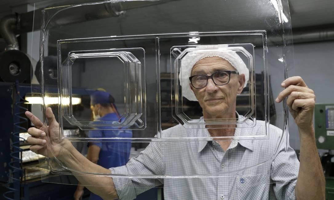Marcelo Oazen, dono da fábrica de plásticos Plastlab, no Rio, mostra um de seus produtos: empresa teve de cortar funcionários Foto: Marcos Ramos / Agência O Globo