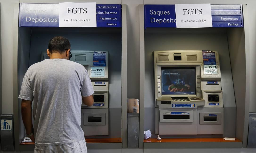 Caixas eletrônicos da Caixa Foto: Bárbara Lopes / Agência O Globo