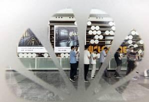 Funcionários da Huawei na fila do refeitório da empresa na hora do almoço Foto: Qilai Shen / Bloomberg