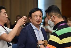 Fundador e presidente da Huawei, Ren Zhengfei é preparado para participar de um painel de discussão sobre tecnologia, em Shenzen Foto: Hector Retamal / AFP