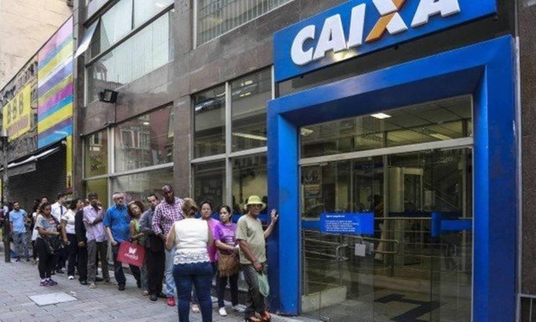 Caixa abrirá nos fins de semana para saque do FGTS e do PIS Foto: Edildon Dantas / Agência O Globo