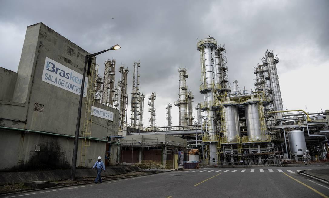Em 1970 a empresa começa a diversificar os negócios, área de petroquímica e de óleo e gás. Em 2002 fundam a Braskem Foto da fábrica petroquímica Braskem SA em Camaçari, Bahia Foto: Paulo Fridman / Bloomberg