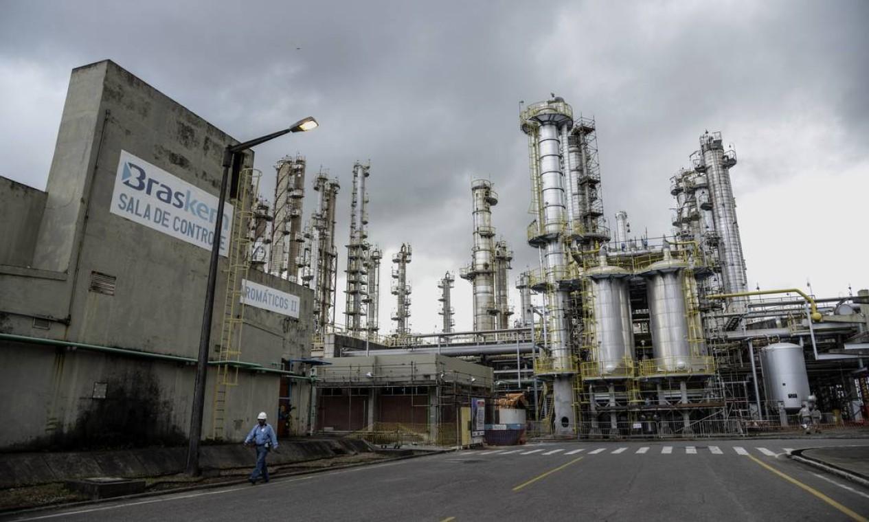 Em 1970, a empresa começa a diversificar os negócios, área de petroqúimica e de óleo e gás. Em 2002, fundam a Braskem Foto da fábrica petroquímica Braskem SA em Camaçari, Bahia. Foto: Paulo Fridman / Bloomberg