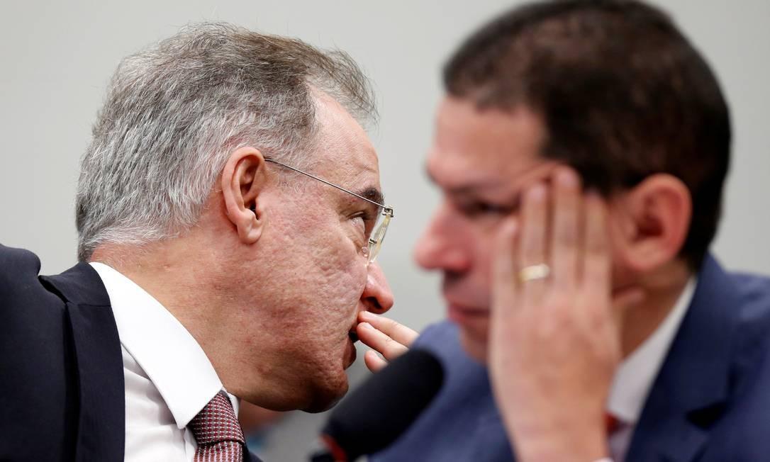 O relator da reforma da Previdência na comissão especial, Samuel Moreira, conversa com o presidente da comissão, Marcelo Ramos Foto: Adriano Machado / Reuters