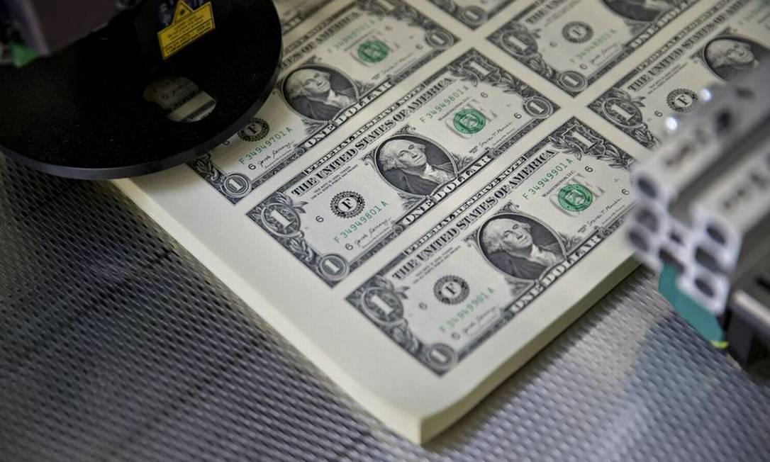 Cédulas de dólar, a moeda oficial dos Estados Unidos Foto: Andrew Harrer / Bloomberg
