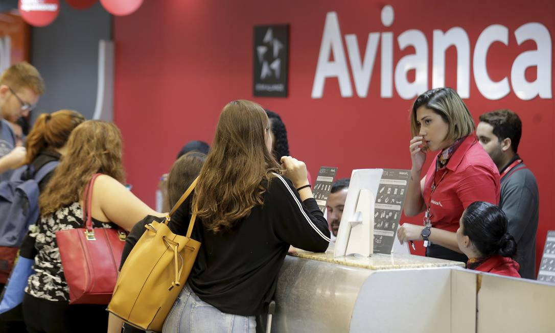 Passageiros que escolheram voar pela Avianca, em recuperação judicial desde dezembro, enfrentam problemas nos aeroportos Foto: Marcelo Theobald / Agência O Globo