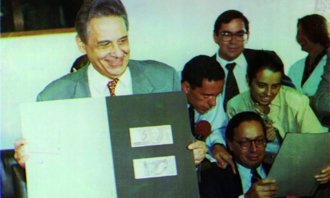 O então ministro da Fazenda Fernando Henrique Cardoso, em seu último dia no posto, apresenta as notas de real Foto: Arquivo - 30/04/1994