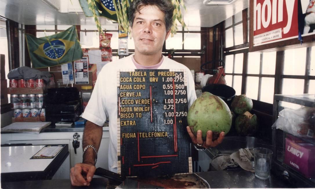 A Unidade Real de Valor (URV) foi criada pelo então ministro da Fazenda, Fernando Henrique Cardoso. A URV não era moeda, era um índice de referência. Os cálculos eram balizados pela URV, mas feitos em cruzados reais, como mostra a placa do vendedor de água de coco Foto: Luiz Morier / Arquivo