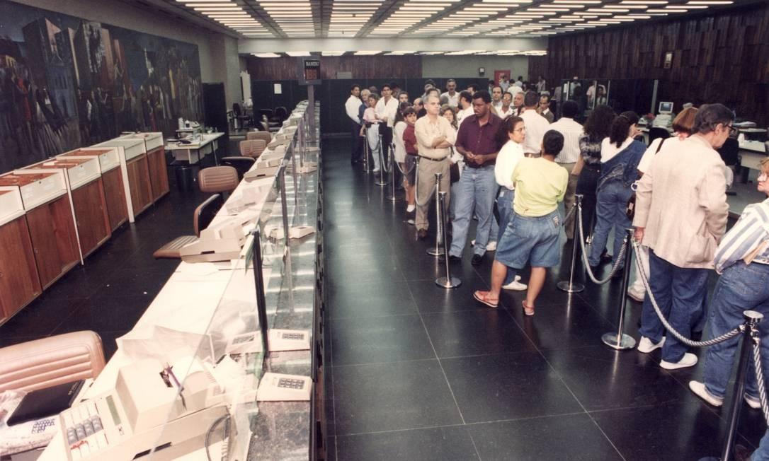 As filas para trocas as cédulas antigas por Real eram enomes. Nos primeiros dias da implementação da nova moeda, pessoas passaram horas no banco. Foto: Júlio César Guimarães / Arquivo - 01/07/1994