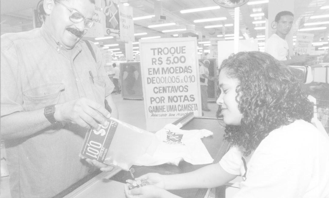 Lojas faziam promoções para ter moedas em seus caixas após a entrada em vigor do real Foto: William de Moura / Agência O Globo - 14/01/1994