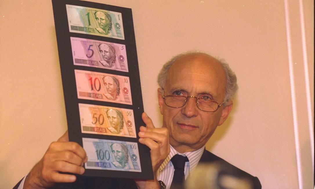 Um mês antes da circulação nacional, o ministro da Fazenda Rubens Ricupero apresenta a família de cédulas do real Foto: Ailton de Freitas / Agência O Globo - 01/06/1994