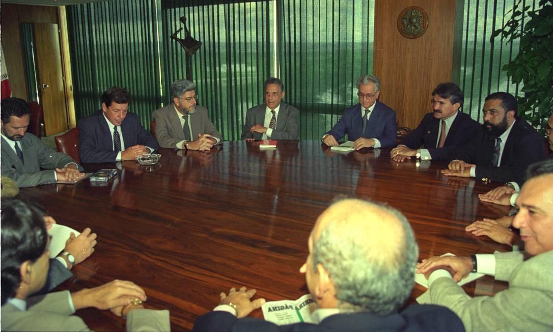 Presidente Itamar Franco e o ministro da Fazenda, Fernando Henrique Cardoso, reunidos com sindicalistas e parlamentares para explicar a URV Foto: Agência O Globo - 15/03/1994