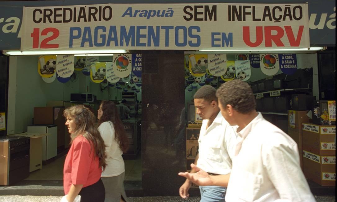 Antes da circulação das cédulas de real, as compras passaram a ter como base a Unidade Real de Valor (URV) Foto: Agência O Globo - 15/03/1994