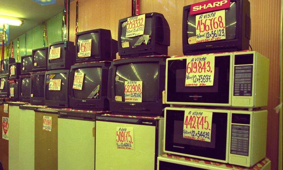 No comércio, o preço dos produtos tinham muitos zeros antes da circulação do real. Na época do cruzeiro real, uma televisão custava cerca de CR$ 500 mil Foto: Agência O Globo - 06/05/1994