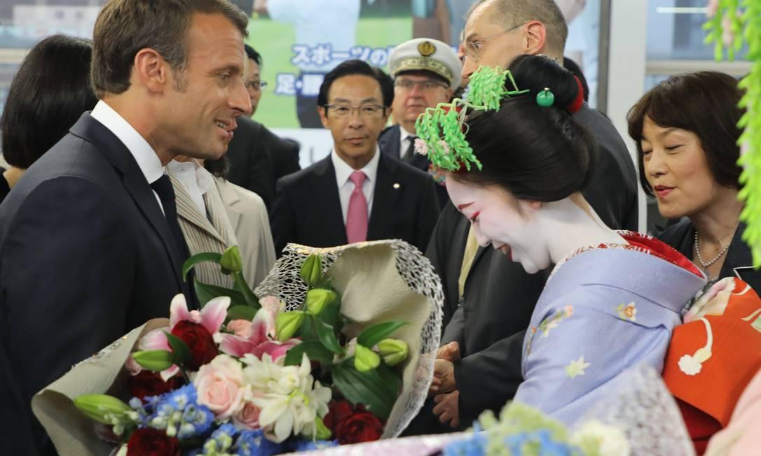 Presidente francês, Emmanuel Macron é cumprimentado em sua chegada a Kioto, no Japão Foto: Ludovic Marin / AFP