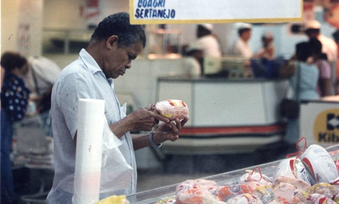 Os consumidores foram se acostumando aos poucos a pagar valores baixos por produtos que durante anos custavam centenas de cruzados novos ou de moedas anteriores Foto: Marco Antônio Rezende / Agência O Globo - 06/04/1995
