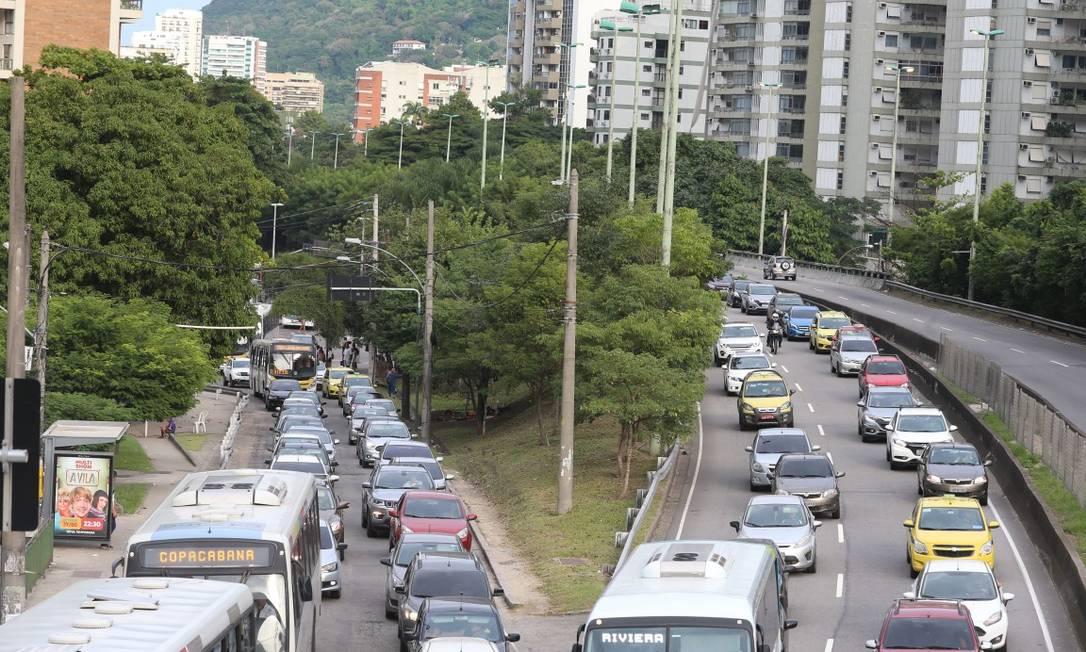 Trânsito na Autoestrada Lagoa-Barra, no Rio de Janeiro Foto: Fabiano Rocha / Agência O Globo