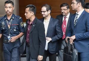 Riza Aziz (segundo à esquerda), produtor de Hollywood, é preso por escândalo de desaparecimento de fundos públicos Foto: NYT