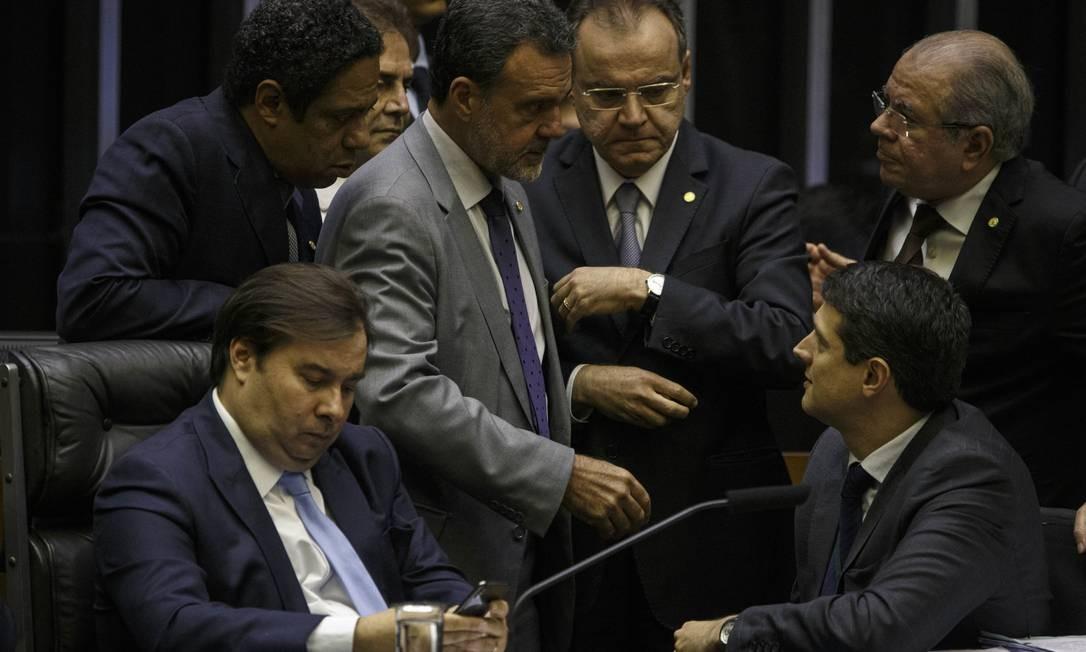 Deputado Samuel Moreira junto com o presidente da Câmara, Rodrigo Maia Foto: Daniel Marenco / Agência O Globo