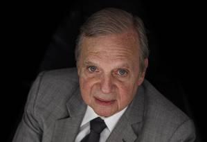 O senador Tasso Jereissati (PSDB-CE) em seu gabinete de trabalho Foto: Daniel Marenco / Agência O Globo