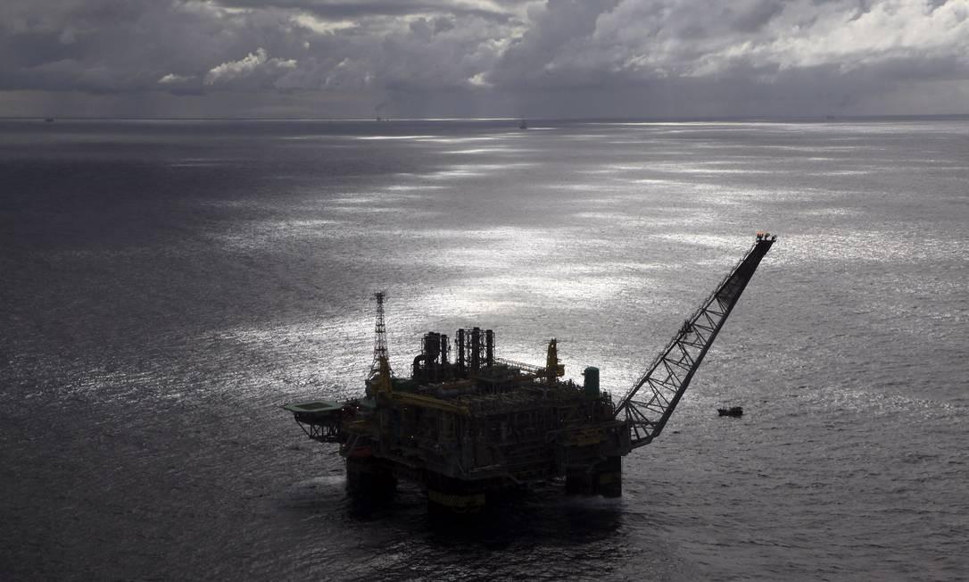 Plataforma de produção da Petrobras em águas profundas: a partir de negociação com a ONU, governo pretende incluir blocos de exploração de petróleo fora do limite de 200 milhas náuticas da área econômica exclusiva na costa Foto: Rich Press