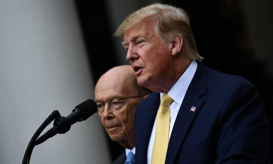 O secretário de Comércio americano, Wilbur Ross, com o presidente dos EUA, Donald Trump Foto: BRENDAN SMIALOWSKI / AFP