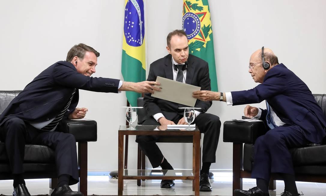Bolsonaro e o secrtário americano de Comércio, Wuilbur Ross, se reúnem em Brasília Foto: Marcos Correa / AFP