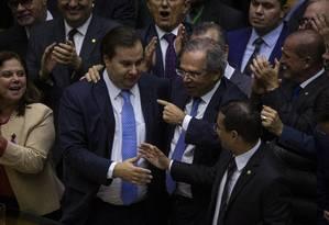 O presidente da Câmara, Rodrigo Maia, e o ministro Paulo Guedes comemoram a aprovação da reforma da Previdência em 2º turno Foto: Daniel Marenco / Agência O Globo
