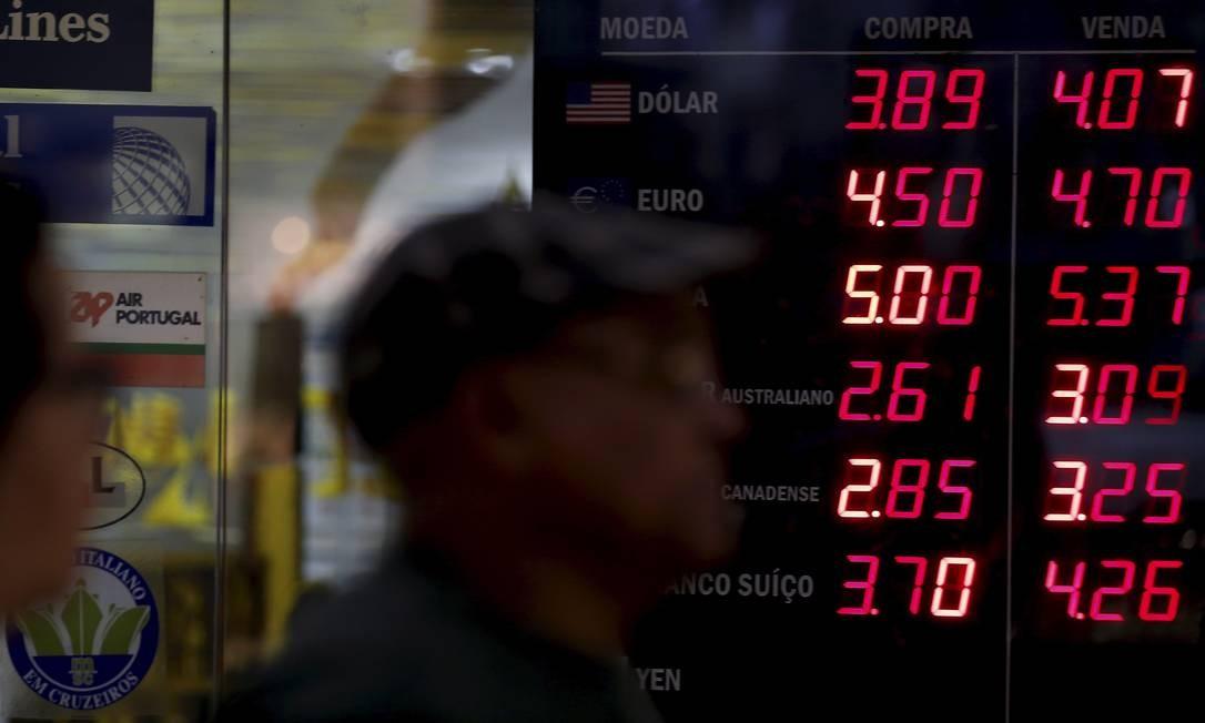 Dólar ultrapassou o patamar dos 4 reais nas casas de câmbio Foto: Marcelo Theobald / Agência O Globo